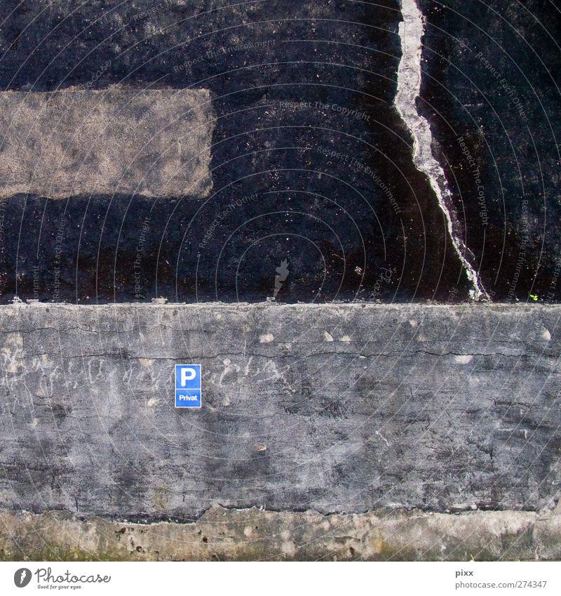 »P« alt Stadt Einsamkeit schwarz Wand grau Mauer Stein Schilder & Markierungen Beton Schriftzeichen Riss Putz Parkplatz parken rau