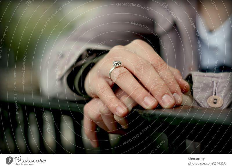 pause Mensch Hand ruhig Erholung feminin Gefühle rosa Arme Haut authentisch berühren festhalten Geländer Gelassenheit Jacke Ring