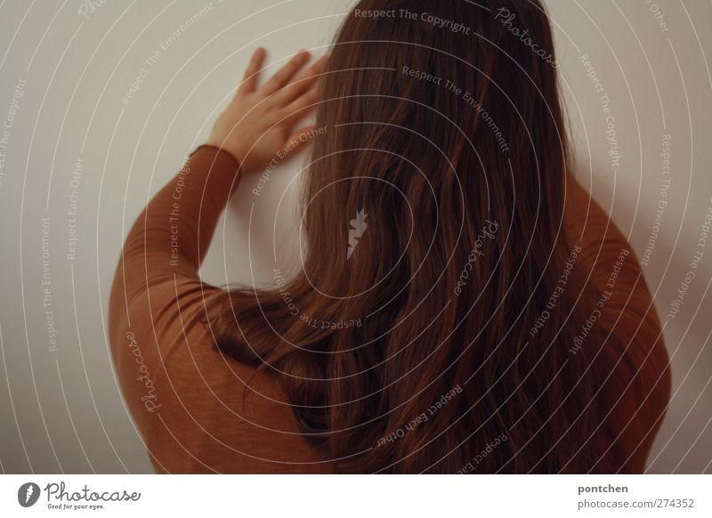 Rückansicht einer Frau, die ihre Hände gegen eine Wand drückt. Widerstand, kämpfen feminin Kopf Haare & Frisuren Rücken Hand 1 Mensch stehen drücken weiß