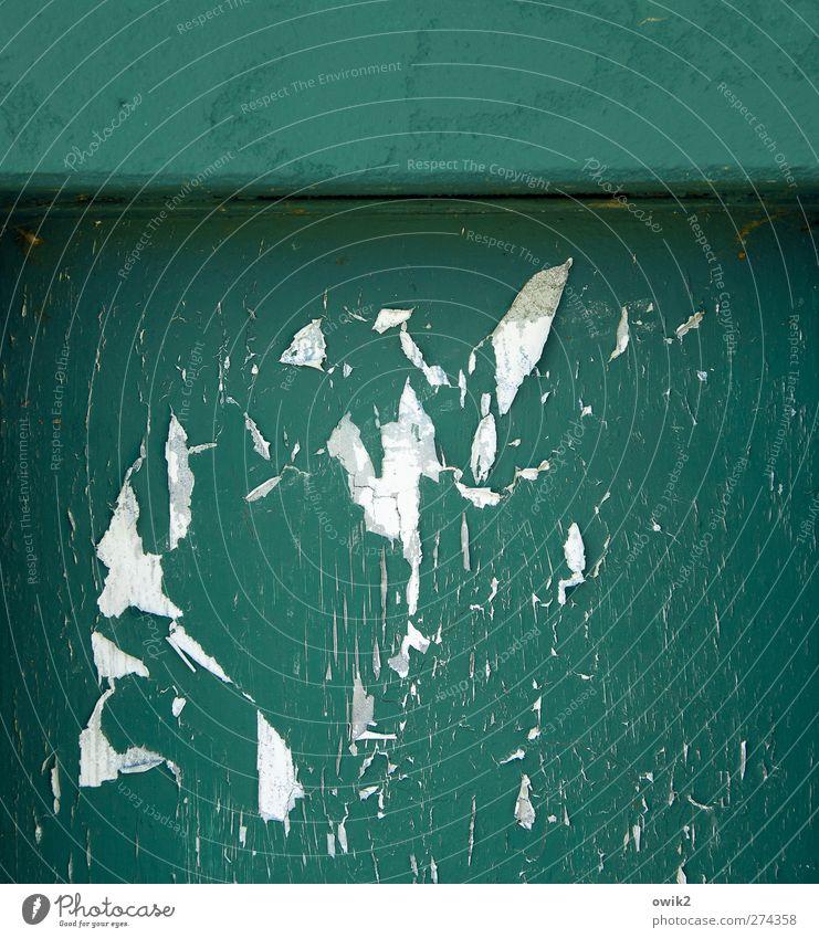 Fragmente Mauer Wand Fassade Beton alt trashig trist verrückt grau schwarz türkis weiß Zahn der Zeit verfallen Riss Abrieb Sollbruchstelle Ecke morbid Farbstoff
