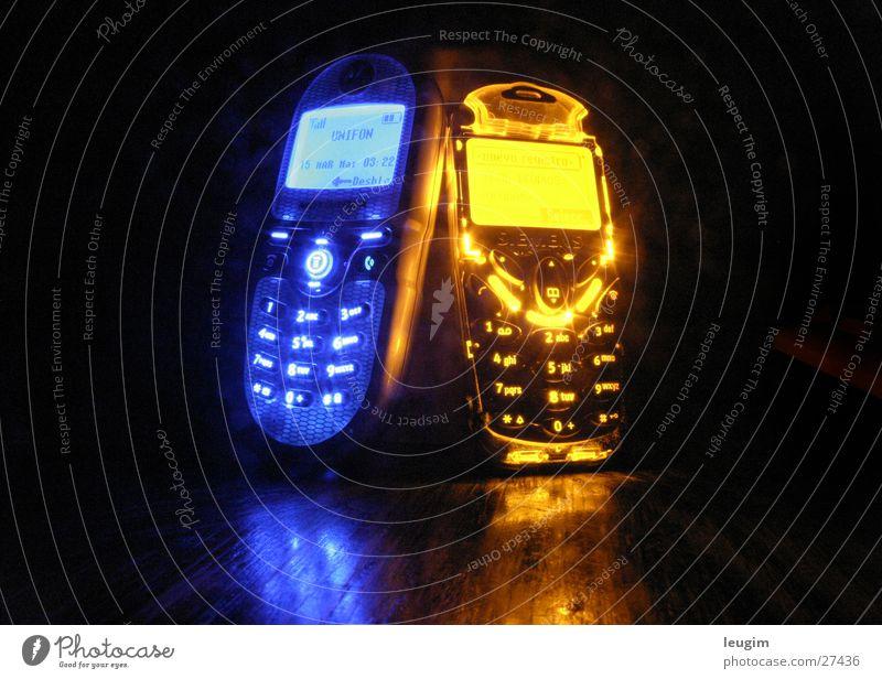 Das Paar blau gelb Telefon Zufriedenheit hell Zusammensein Design Energie Zeit ästhetisch paarweise Kommunizieren Langzeitbelichtung Telekommunikation Ziel Kontakt