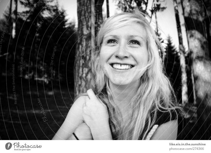 Lebensfreude. Mensch Frau Jugendliche Hand schön Baum Erwachsene Gesicht Wald feminin Erotik Haare & Frisuren Junge Frau Gesundheit Zufriedenheit