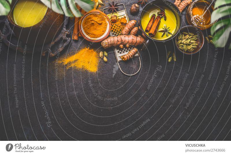 Gesunde Zutaten Grenze für die Herstellung von Kurkuma-Milchgetränk mit frischen Kurkumawurzeln , Gewürzen und Honig auf dunklem Hintergrund. Heißes Wintergetränk. Immunitätsförderndes Mittel , Entgiftungs- und Diätkonzept .
