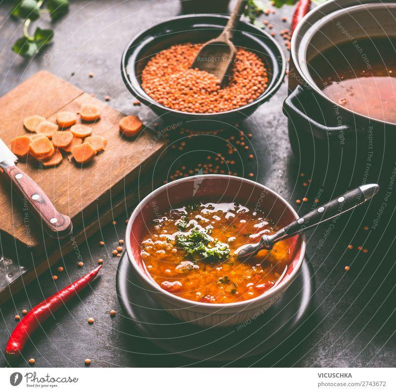 Vegane Linsensuppe in Schüssel mit Löffel Lebensmittel Getreide Suppe Eintopf Ernährung Mittagessen Festessen Bioprodukte Vegetarische Ernährung Diät Teller