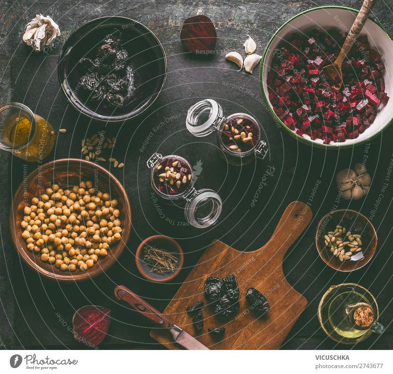 Rote Bete Salat Vorbereitung mit Zutaten Lebensmittel Gemüse Salatbeilage Ernährung Mittagessen Bioprodukte Vegetarische Ernährung Diät Geschirr Stil Design