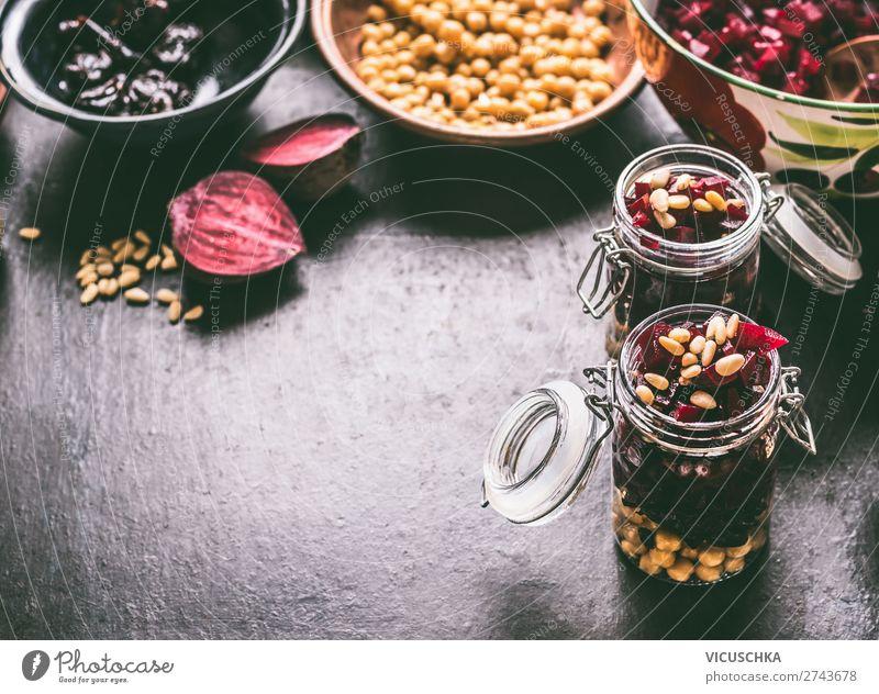 Lunch in Glas mit Rote Bete Kichererbsen Salat Lebensmittel Gemüse Salatbeilage Ernährung Mittagessen Bioprodukte Vegetarische Ernährung Diät Geschirr Stil
