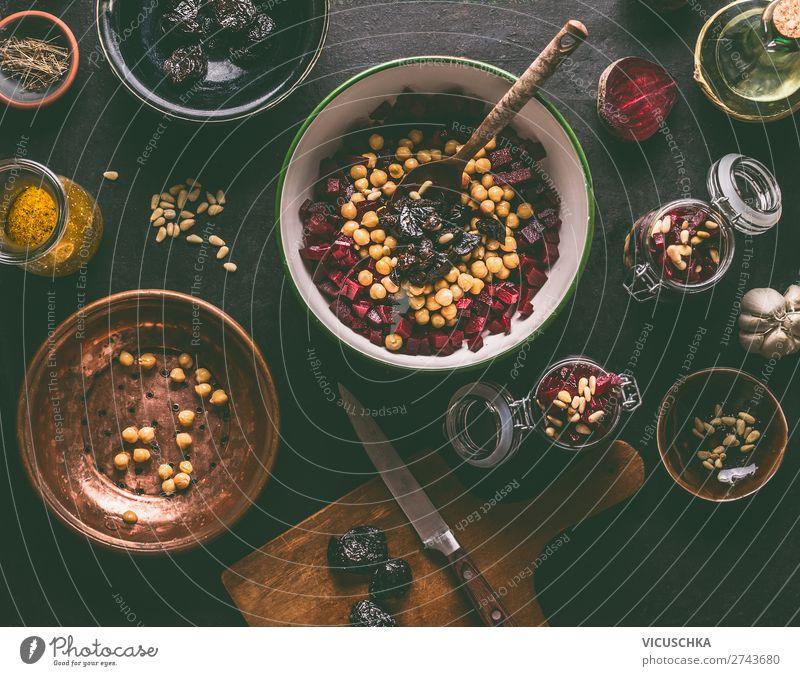 Rote-Bete Salat mit Kichererbsen zubereiten Lebensmittel Gemüse Salatbeilage Ernährung Mittagessen Bioprodukte Vegetarische Ernährung Diät Geschirr