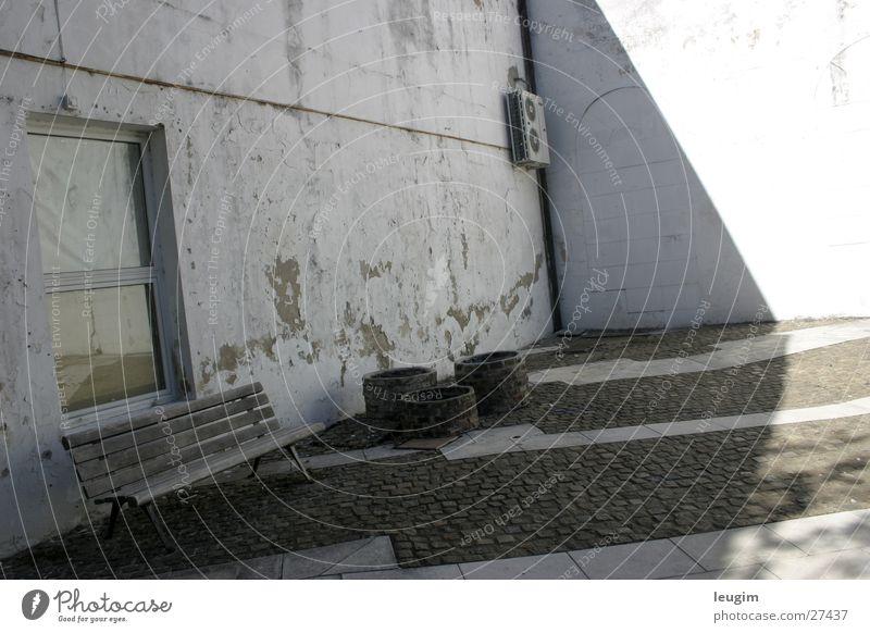 Desequilibrio grau weiß Argentinien Buenos Aires Fenster Wand Architektur verrückt unbalanciert recoleta Bank