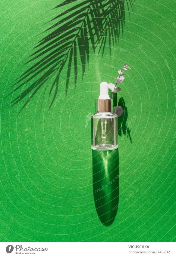 Flasche mit Pipette auf grünem Tisch Lifestyle Stil Design schön Kosmetik Gesundheit trendy Hintergrundbild Serum Sale Hautpflege Farbfoto Studioaufnahme