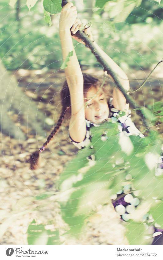 Kindheit in Bewegung feminin Mädchen 1 Mensch 8-13 Jahre Natur Baum Blatt Ast Zweig Park brünett langhaarig Zopf festhalten hängen Spielen frei retro sportlich