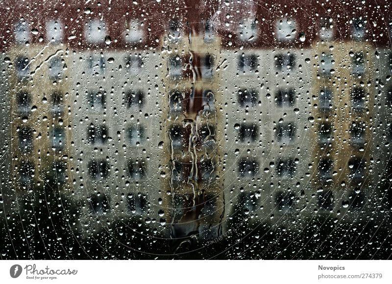 a rainy day Natur Wasser Wassertropfen Wetter Unwetter Architektur kalt nass trist gelb rot Urban Plattenbau Häuserblock Tropfen Regen Struktur farbig Scheibe