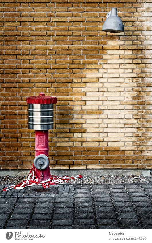Johnny Pump Lampe Wasser Haus Industrieanlage Fabrik Architektur Mauer Wand Stein Backstein braun gelb grau rot Street Urban graphisch Hydrant Feuerhydrant