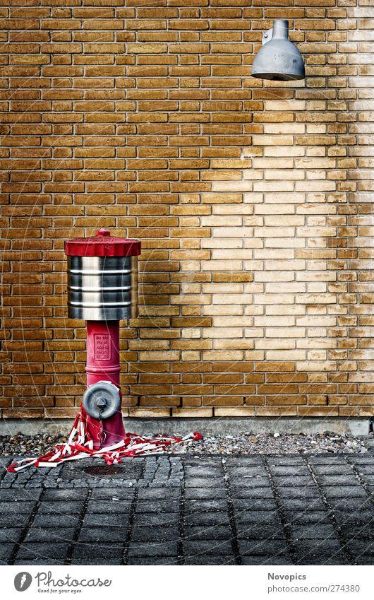 Johnny Pump Wasser rot Haus gelb Wand Architektur grau Mauer Stein Lampe braun Brand Fabrik Backstein Barriere graphisch