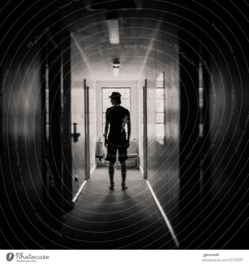 Schattendasein. Mensch maskulin Junger Mann Jugendliche Erwachsene Körper 1 18-30 Jahre Shorts Baseballmütze Silhouette dunkel Flur Backstein stilistisch ruhig
