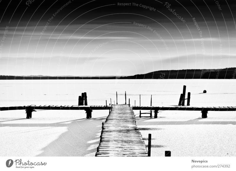 footbridge in frozen lake #4 ruhig Sonne Winter Schnee Natur Landschaft Wasser Himmel Wolken Horizont Eis Frost Seeufer schwarz weiß Schneelandschaft gefroren