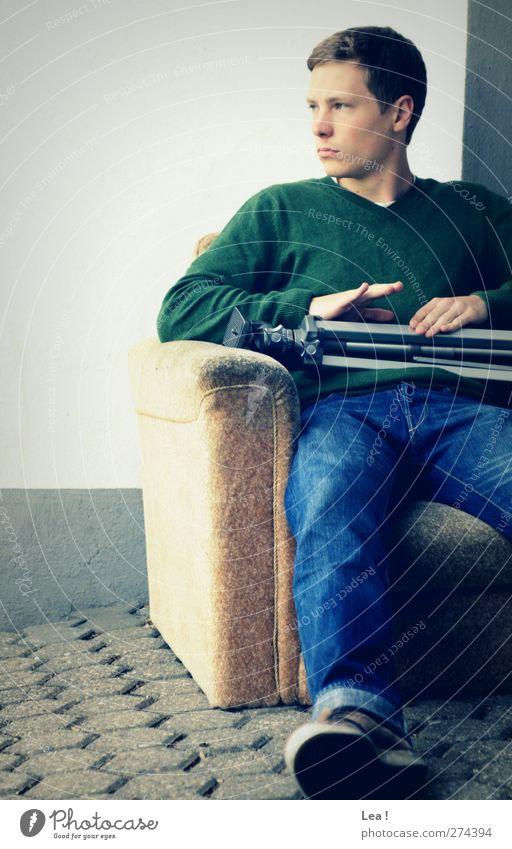 Chefsessel Mensch Jugendliche blau grün Erwachsene Erholung Wand Mauer Denken Junger Mann sitzen 18-30 Jahre maskulin beobachten festhalten Wachsamkeit