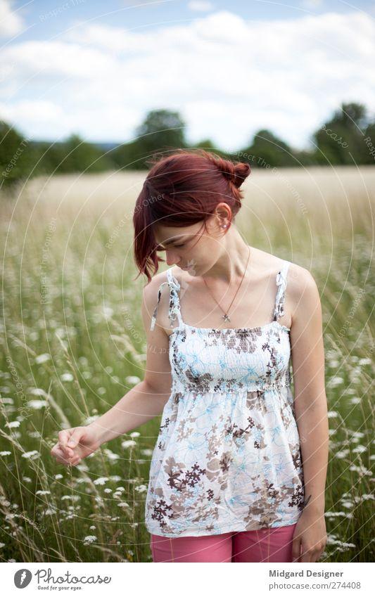 Wiese   Laura Mensch Natur schön Blume Wiese feminin Zufriedenheit Feld elegant Spaziergang gut Halskette rothaarig