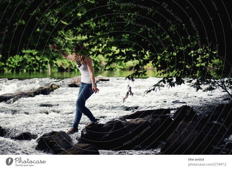 am Fluss Mensch Natur Jugendliche Wasser weiß grün Baum Sommer schwarz feminin Junge Frau Stein springen Idylle Lebensfreude