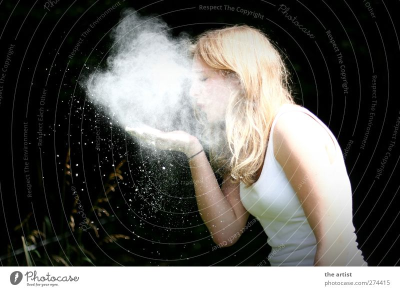 Mehlwolke Mensch feminin Junge Frau Jugendliche 1 Rauch atmen beobachten außergewöhnlich blond weiß Neugier elegant Idee Atem Kunst Phantasie Farbfoto