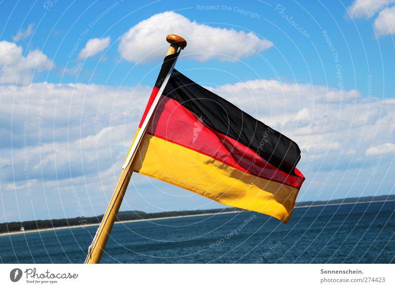 Schwarz, Rot, Gold Himmel Wolken Schönes Wetter Küste Ostsee Meer See Schifffahrt Wasserfahrzeug Zeichen Bundesadler Streifen Fahne Bekanntheit frei