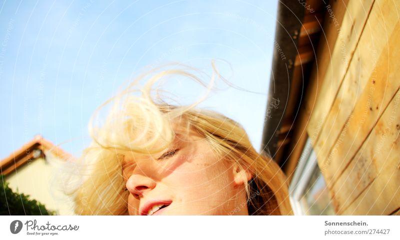 Es gibt noch den Moment... Jugendliche blau Sonne Sommer feminin Leben Wand Bewegung Freiheit Haare & Frisuren Glück Mauer Junge Frau blond außergewöhnlich