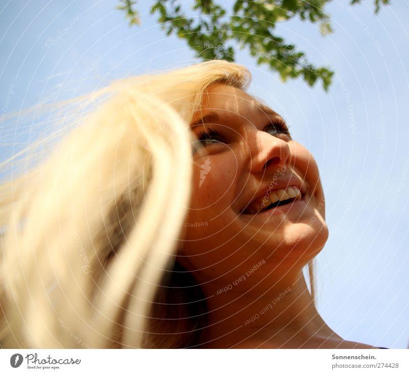 Da ist so viel mehr von mir Himmel Jugendliche Sommer Freude Gesicht feminin Leben Haare & Frisuren Glück Junge Frau Garten Zufriedenheit blond frei