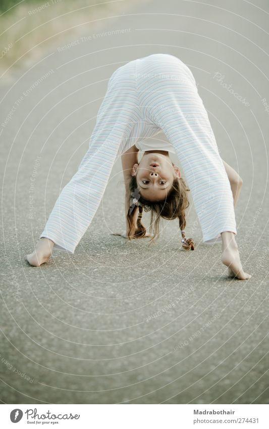 Huhu... Mensch Kind schön Mädchen Freude feminin Spielen Wege & Pfade Glück Kindheit natürlich Fröhlichkeit retro Fitness sportlich Lebensfreude