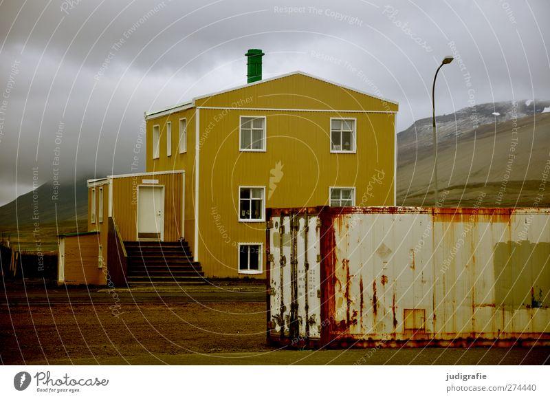 Island Hafenstadt Menschenleer Haus Einfamilienhaus Bauwerk Gebäude Container bedrohlich dunkel Stimmung ruhig Häusliches Leben Farbfoto Gedeckte Farben