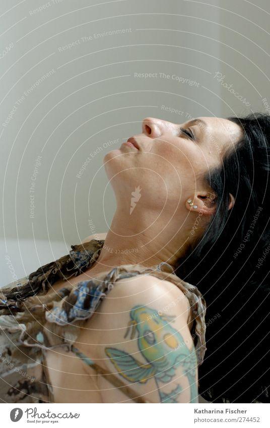 laid-back feminin Frau Erwachsene Kopf Haare & Frisuren Gesicht Auge Ohr Nase Mund Hals Schulter Oberarm 1 Mensch 30-45 Jahre schwarzhaarig brünett langhaarig
