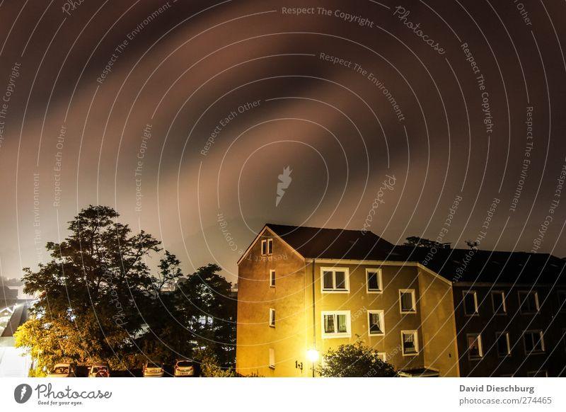 Himmel wölbt sich übers Land Stadt Baum Haus dunkel grau hell leuchten Streifen einzigartig Straßenbeleuchtung schlechtes Wetter Gewitterwolken Wohngebiet Mehrfamilienhaus Marburg