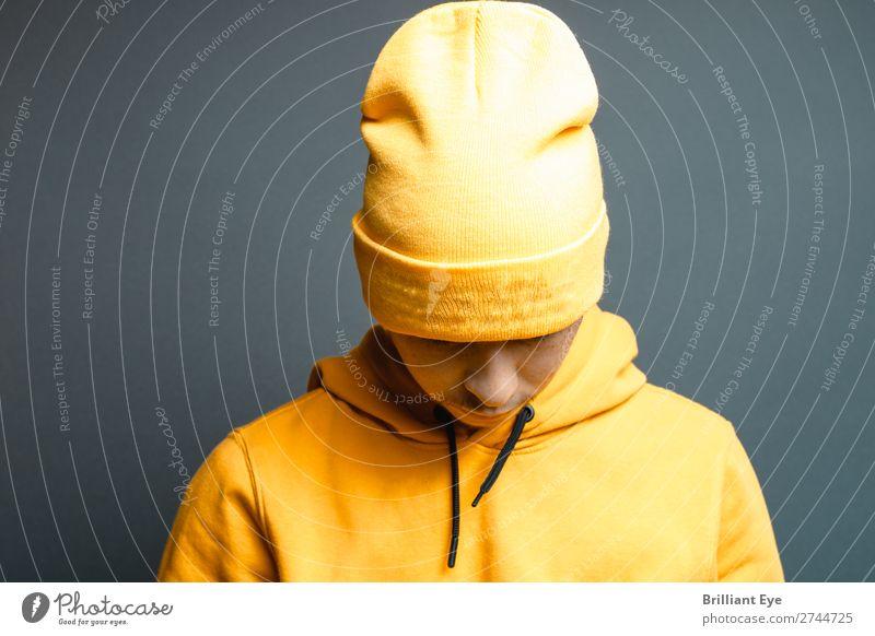 Kopf senkend Lifestyle Stil Mensch maskulin Junger Mann Jugendliche 1 18-30 Jahre Erwachsene Mode Pullover Mütze Denken Coolness Stadt gelb Gefühle Stimmung