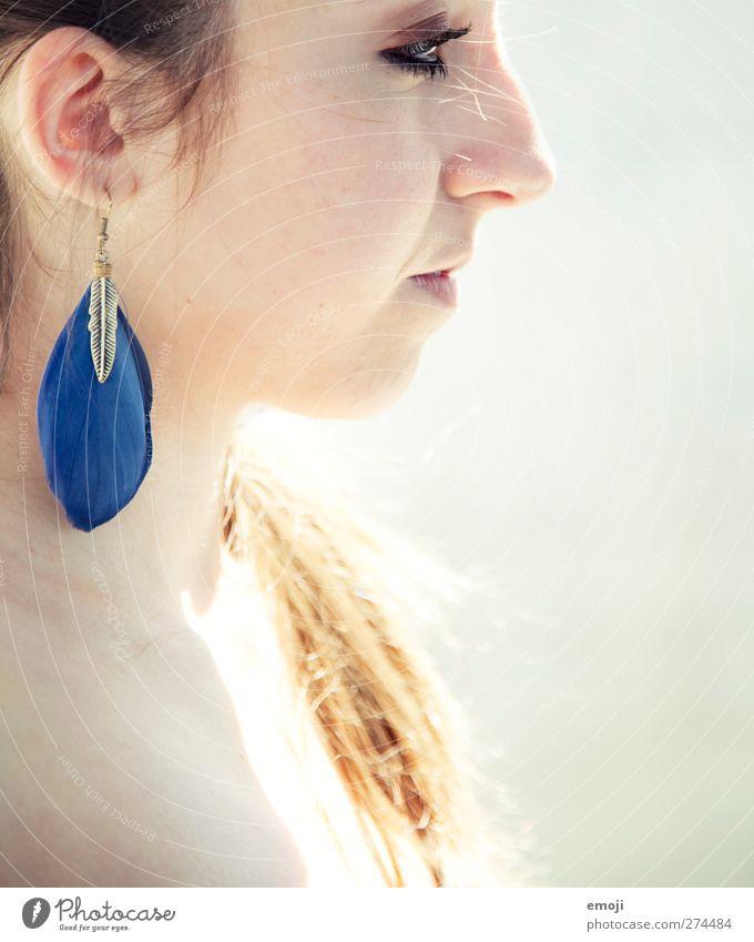 ombre feminin Jugendliche 1 Mensch 18-30 Jahre Erwachsene Accessoire Schmuck Ohrringe Wärme Farbfoto Außenaufnahme Textfreiraum rechts Tag Sonnenlicht