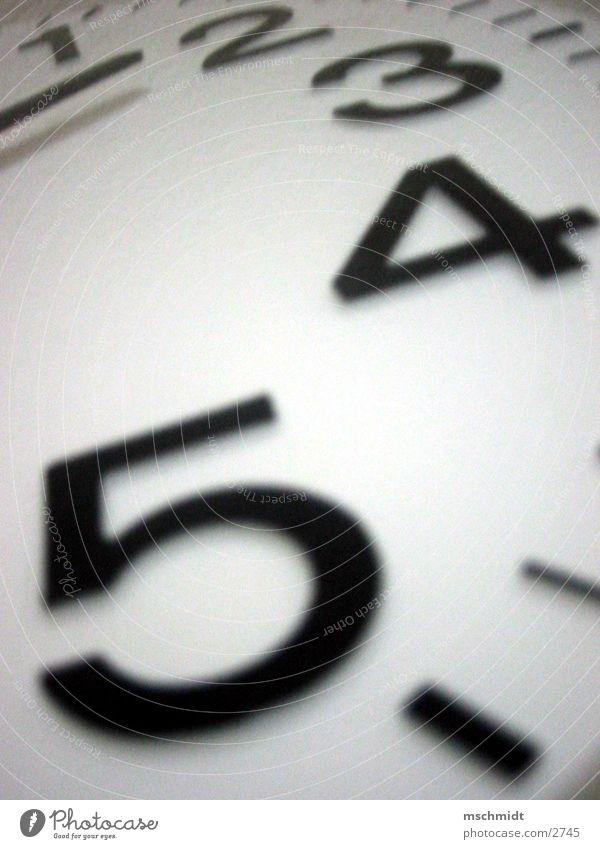 its time 4 Uhr Ziffern & Zahlen Zeit schwarz weiß Detailaufnahme Teile u. Stücke Uhrenzeiger