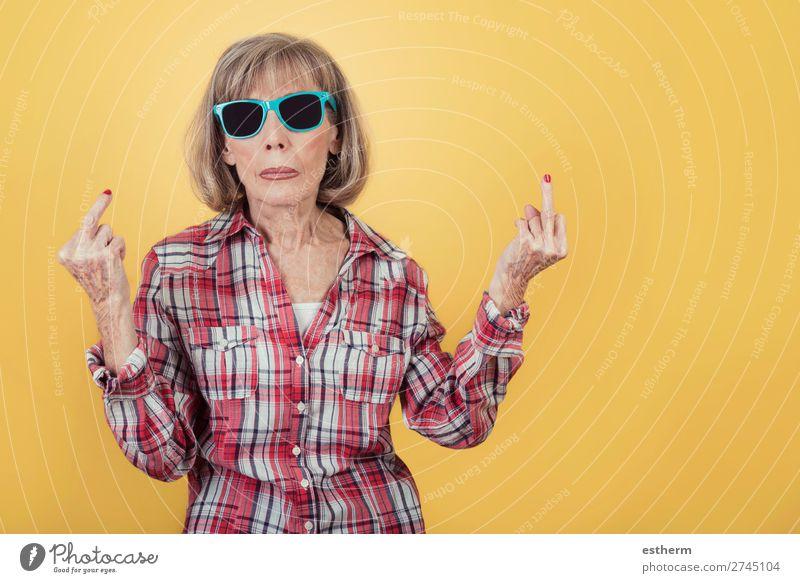 Porträt einer älteren Frau mit Sonnenbrille, die mit dem Finger beleidigt Lifestyle Ruhestand Mensch feminin Weiblicher Senior Großmutter 1 60 und älter alt