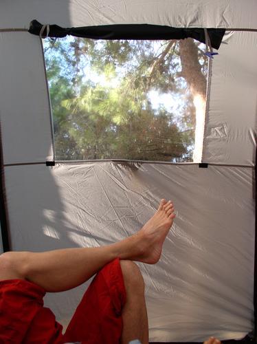relaxxx Zelt Camping Licht Erholung Zehen Hose rot grau Fenster Ferien & Urlaub & Reisen Freizeit & Hobby träumen Mann Schatten Fuß Beine traäumen Natur Barfuß