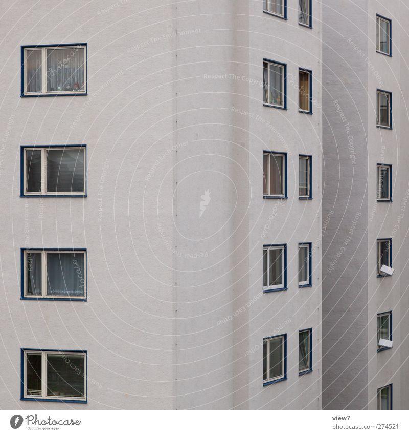 vertical Häusliches Leben Wohnung Haus Hochhaus Bauwerk Gebäude Architektur Mauer Wand Fassade Fenster Stein Beton Linie Streifen alt authentisch einfach modern