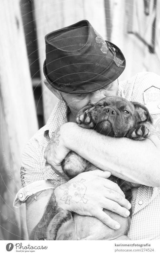 Hundeliebe maskulin Mann Erwachsene Nase Hand 1 Mensch Hemd Hut Tier Tierliebe Geborgenheit Kuscheln herzlich Zärtlichkeiten Schwarzweißfoto Außenaufnahme