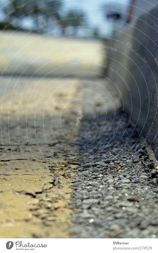 spanischer Asphalt Stadt gelb Straße Wand Wege & Pfade Mauer Stein Linie glänzend dreckig Schilder & Markierungen Verkehr Hinweisschild Ecke Schönes Wetter