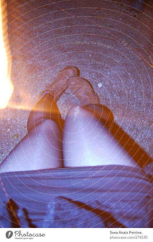 nachts. feminin Junge Frau Jugendliche Beine Fuß 1 Mensch 18-30 Jahre Erwachsene Asphalt Kieselsteine Mode Rock Kleid Strumpfhose Leggings Schuhe Stiefel sitzen