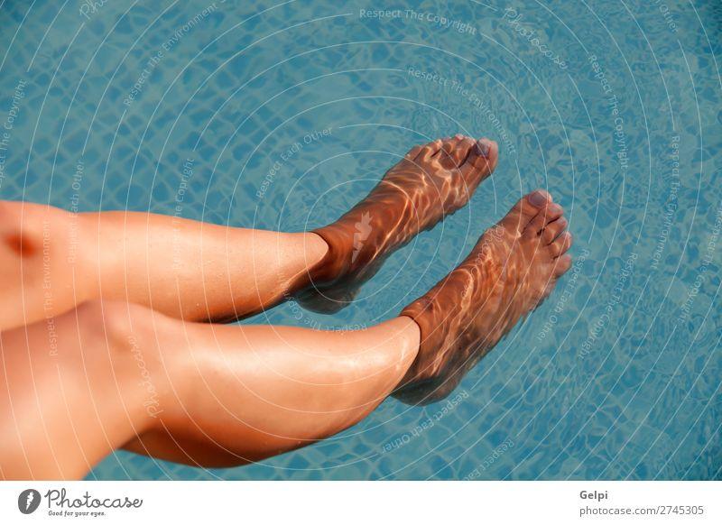 Schön gebräunte Beine unter Wasser Freude schön Körper Erholung Spa Schwimmbad Freizeit & Hobby Ferien & Urlaub & Reisen Sommer Sonne Meer Mensch Frau