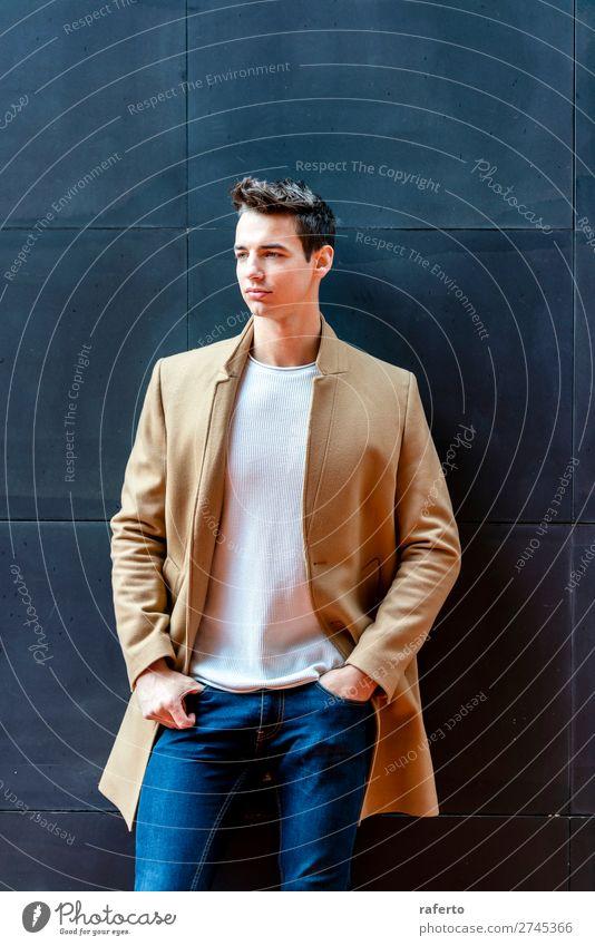 Modischer junger Mann, der an einer schwarzen Wand steht. elegant Stil schön Haare & Frisuren Mensch maskulin Junger Mann Jugendliche Erwachsene 1 18-30 Jahre