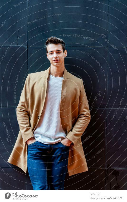 Modischer junger Mann, der an einer schwarzen Wand steht. elegant Stil schön Haare & Frisuren Mensch maskulin Junger Mann Jugendliche Erwachsene 18-30 Jahre