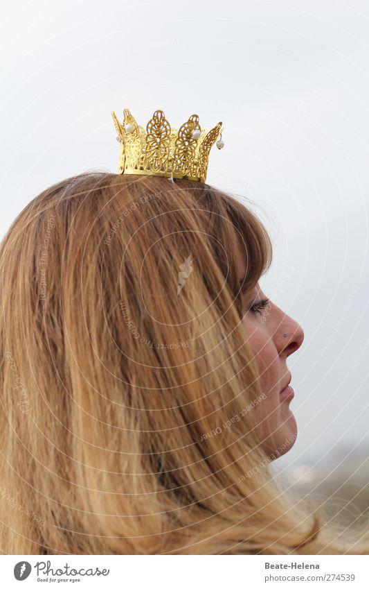 Das Mädchen mit der Perlenkrone Jugendliche Erwachsene Gefühle Junge Frau gold 18-30 Jahre Erfolg ästhetisch Macht Coolness Konzentration brünett langhaarig