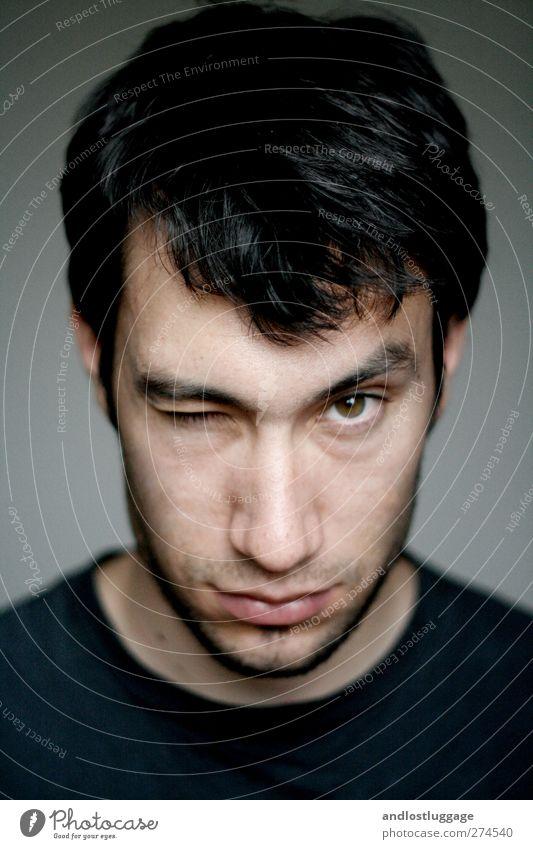 nicolas ist skeptisch. maskulin Junger Mann Jugendliche Gesicht Auge 1 Mensch 18-30 Jahre Erwachsene schwarzhaarig kurzhaarig Dreitagebart beobachten Jagd