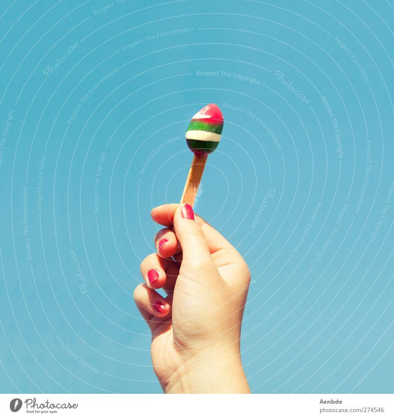 like ice in the sunshine Mensch Hand Finger kalt Fingernagel Sonnenlicht Speiseeis schmelzen Fackel grün rot blau Sommer Eis am Stil Farbfoto mehrfarbig
