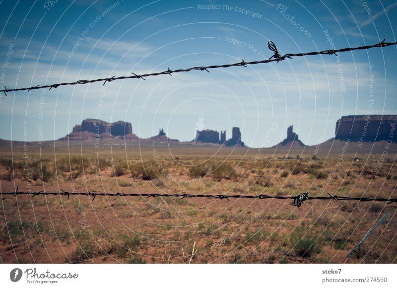 reservat Wolkenloser Himmel Schönes Wetter Sträucher Felsen Wüste Ferne stachelig blau braun Einsamkeit Horizont Verbote Monument Valley Stacheldrahtzaun
