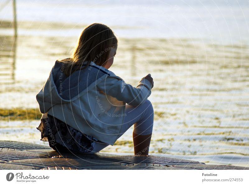 In Gedanken Mensch feminin Kind Mädchen Kindheit Körper Kopf Haare & Frisuren Rücken Arme Hand Beine Umwelt Natur Sommer See nass natürlich sitzen nachdenklich