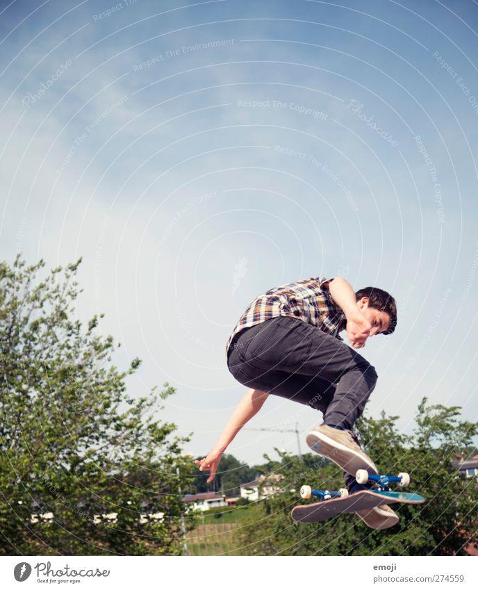 im Grünen Sport Fitness Sport-Training Sportler Sportstätten maskulin Junger Mann Jugendliche 1 Mensch Himmel sportlich Inline Skating Trick Jump springen Höhe