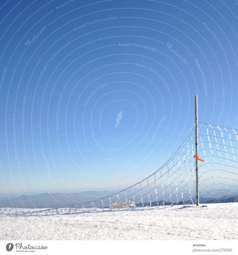 Netzwerk Landschaft Erde Himmel Wolkenloser Himmel Horizont Winter Schönes Wetter Eis Frost Schnee kalt ruhig Zaun Zaunpfahl Zerstörung Zypern Farbfoto