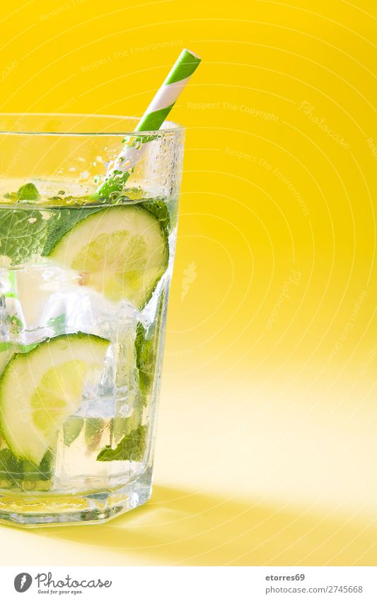 Mojito-Cocktail im Glas auf gelbem Hintergrund Getränk trinken Alkohol Erfrischung Sommer Kalk grün Minze Saft Rum kalt Eis Mischmaschine Frucht Zutaten Zucker